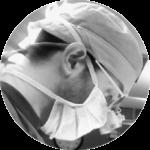 El doctor Ismael González González operando